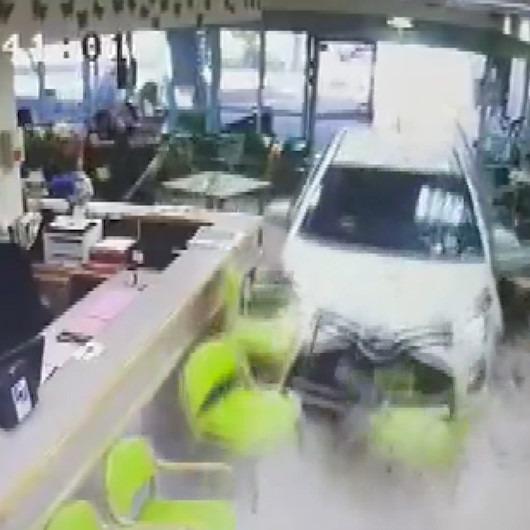 74 yaşındaki sürücü otomobili ile huzurevine daldı