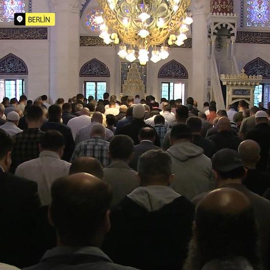Dünyanın dört bir yanında camileri dolduran Müslümanların bayram namazı coşkusu