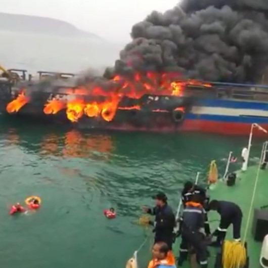 Alev topuna dönen balıkçı teknesindeki mürettebat böyle kurtarıldı