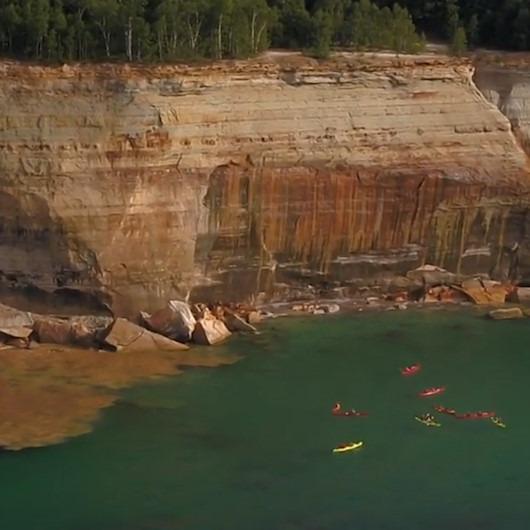 ABD'de düşen kaya parçalarından kıl payı kurtulan kanocular