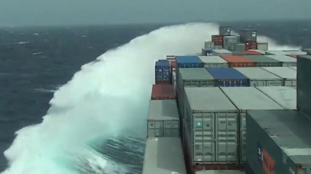 Okyanustaki dev dalgaların gemiye etkisi kamerada