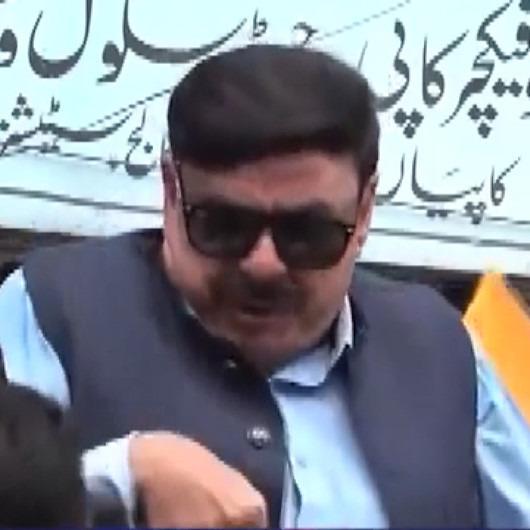 Pakistanlı Bakanı konuşma yaparken elektrik çarptı