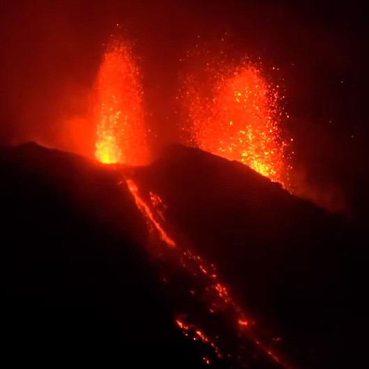 İtalya'daki Stromboli Yanardağı lav püskürtmeye devam ediyor