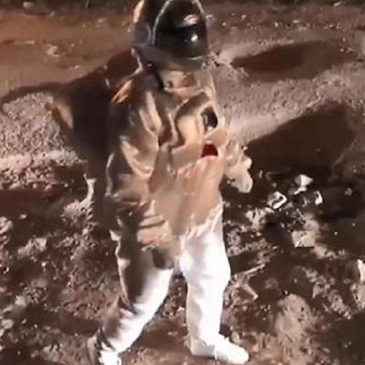 Sokak sanatçısından efsane protesto: Astronot gibi giyinip bozuk yollara dikkat çekti