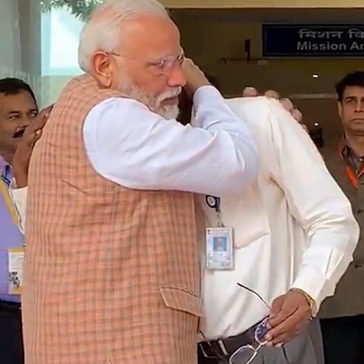 Uzay aracı Ay'a inemedi, bilim insanlarını Başbakan Modi teselli etti