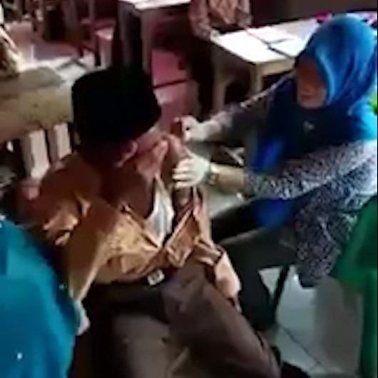 İğneden korkan Endonezyalı çocuk bildiği tüm duaları okudu