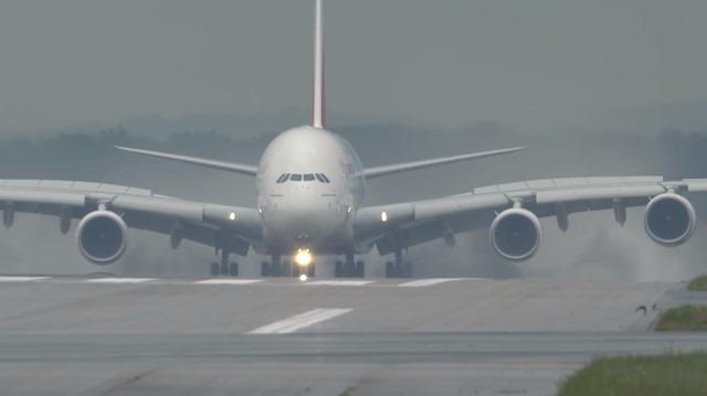 Dünyanın en büyük iki katlı yolcu uçağı A380'in muhteşem inişi