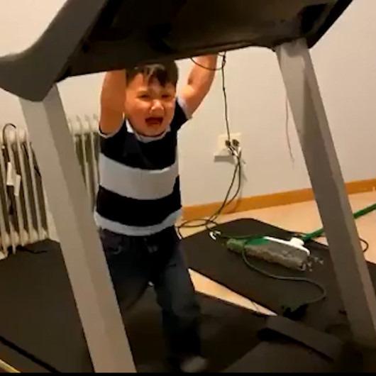 Yanlışlıkla koşu bandını çalıştıran çocuğu annesi böyle kurtardı