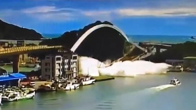 Tayvan'daki köprünün çökme anı kamerada