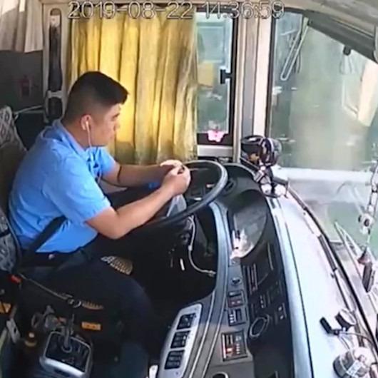 Canı sıkılan otobüs şoförü kalemle oynarken böyle kaza yaptı
