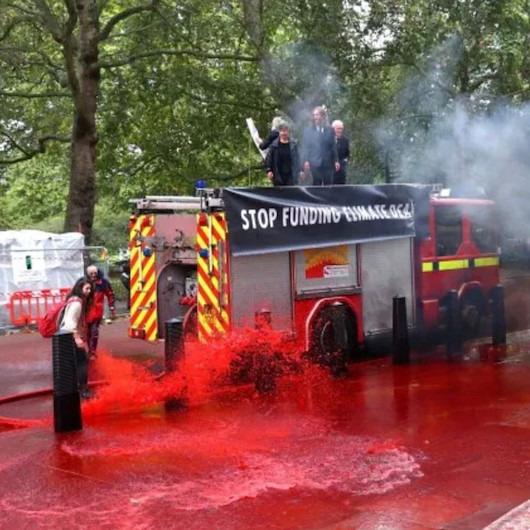 Çevrecilerin 'eylem kazası': Tüm cadde kırmızıya boyandı