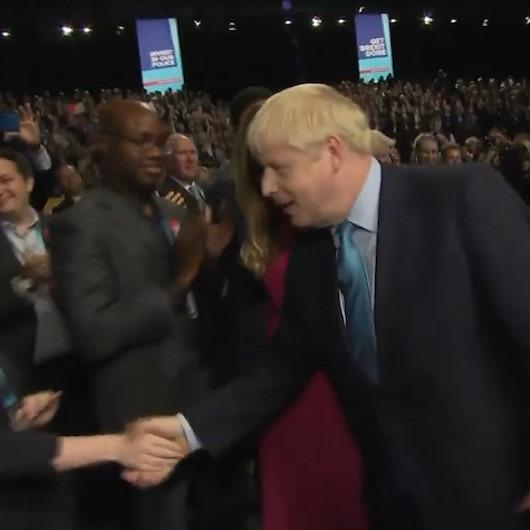 Boris Johnson'ın siyahilerin elini sıkmaması ülkede gündem oldu