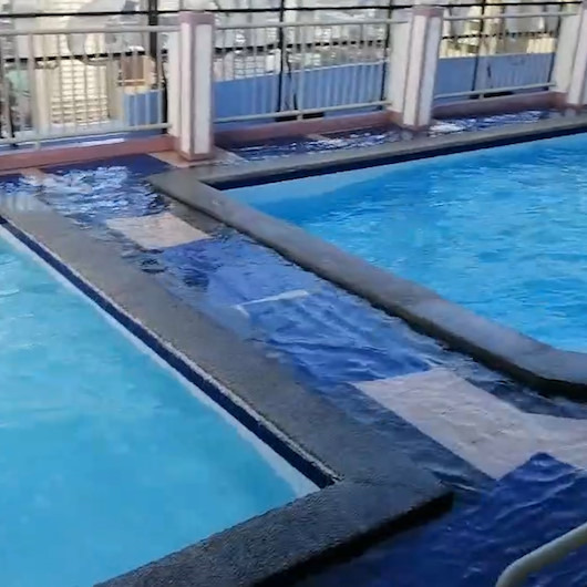 Çatı katındaki havuzdan tonlarca su binaya aktı