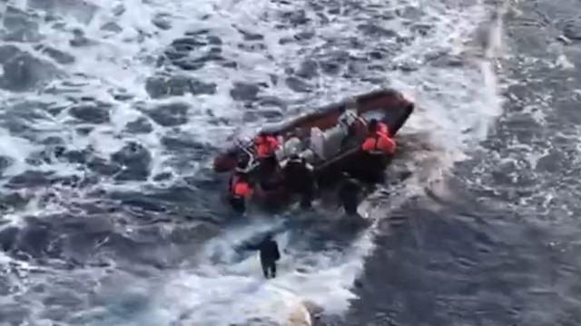 Kayalıklarda mahsur kalan balıkçıları 'zodyak ekibi' kurtardı