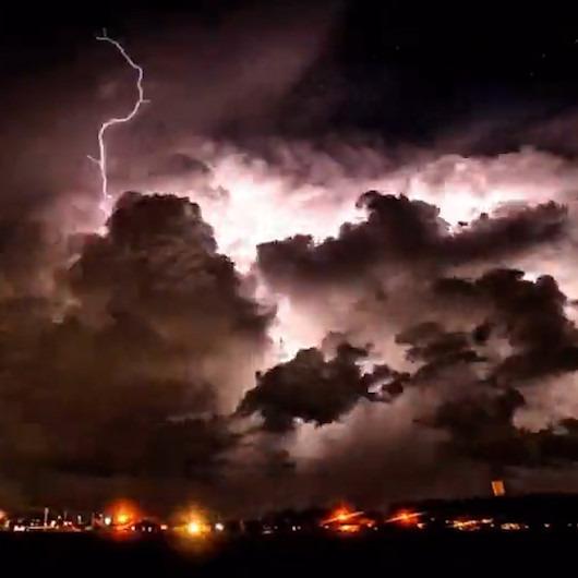 Şimşek ve bulutların birbirine karıştığı bir geceden muhteşem timelapse