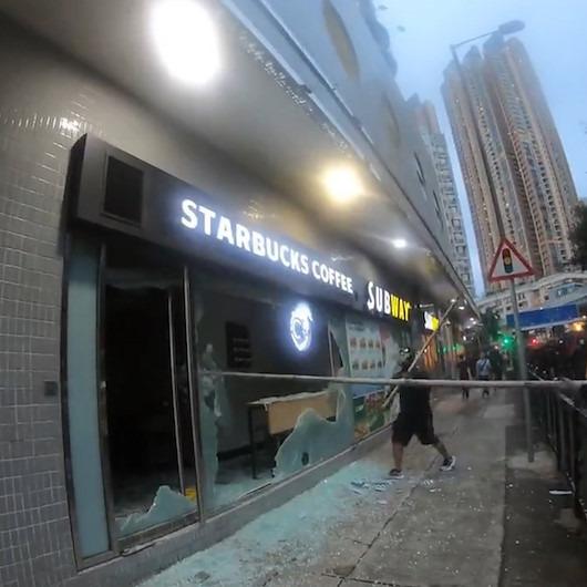 Hong Kong'da protestocular Starbucks'ın camlarını indirdi