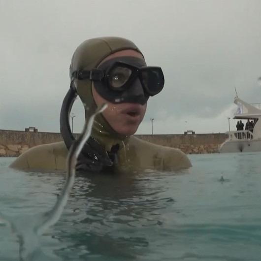 Şahika Ercümen yağmurlu havada Van Gölü'ne daldı