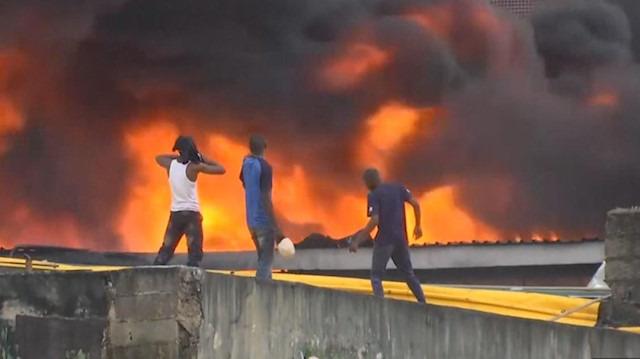 Lagos'ta bir alış-veriş merkezi yanarak kül oldu