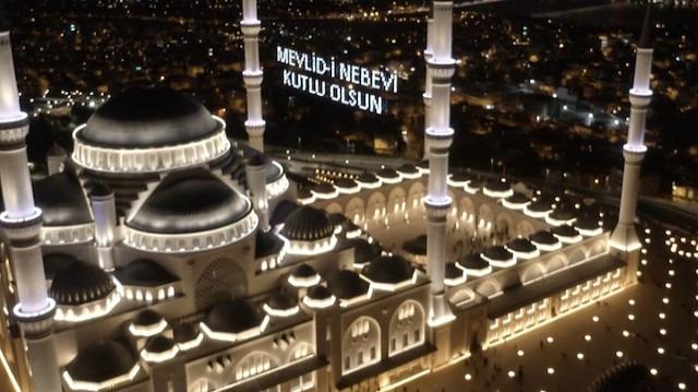 Mevlit Kandili münasebetiyle dolan Çamlıca Camii havadan görüntülendi