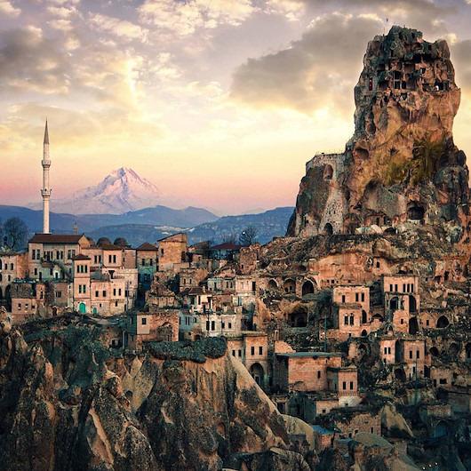 Dünyanın tek doğal gökdeleni turistlerin akınına uğruyor