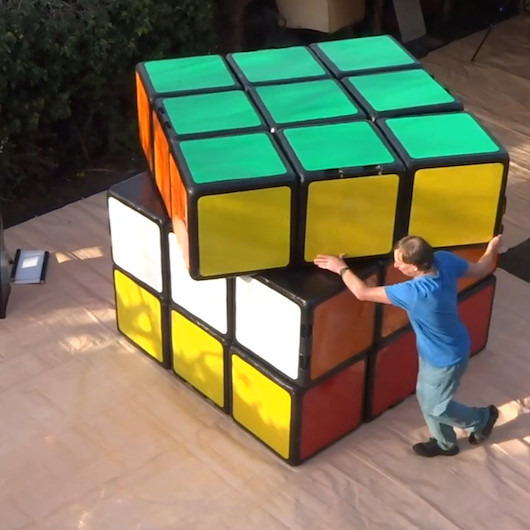2 metrelik 'Rubik Küpü' ile dünya rekoru kırmaya çalışan adam