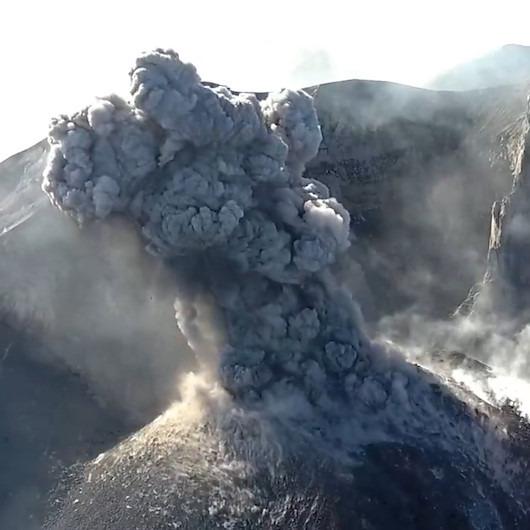 Drone kamerasına yansıyan yanardağ patlamaları