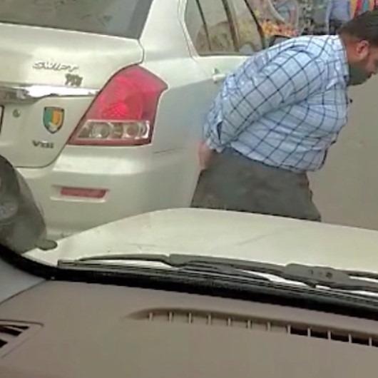 Ambulans sürücüsü yolu tıkayan aracı elleriyle kaldırdı