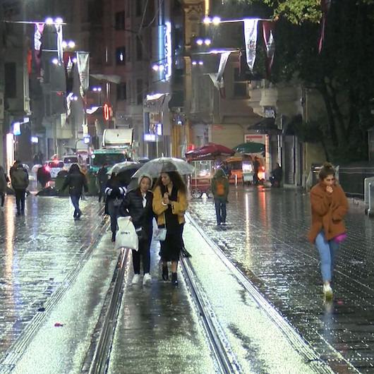 Taksim'de yağış ve fırtına vatandaşlara zor anlar yaşattı