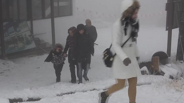 Kar yağdığını duyan tatilciler Uludağ'a akın etti