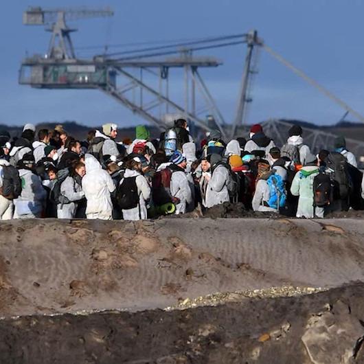 Almanya'da çevreciler maden sahasına giden tren raylarını işgal etti