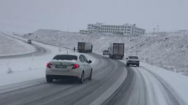 Erzurum'da ulaşıma kar ve buz engeli